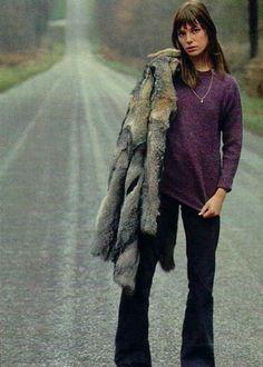 Jane Birkin usa look com flare blusa roxa e faux fur coat. Serge Gainsbourg, Gainsbourg Birkin, Charlotte Gainsbourg, Estilo Jane Birkin, Jane Birkin Style, Isabelle Adjani, Ava Gardner, Jane Birken, Deneuve
