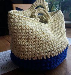 Aus Textilgarn gehäkelte Tasche / Korb für jede Gelegenheit. Auch Anfänger mit nur wenig Vorkenntnissen können diese Tasche erstellen. Die Größe der Tasche ist individuell vom verwendeten Garn abhängig, da Textilgarn immer anders ausfällt.