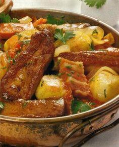 Cataplana de Entrecosto - www. Pork Recipes, Wine Recipes, Cooking Recipes, Portuguese Recipes, Portuguese Food, Brazilian Portuguese, Savoury Dishes, One Pot Meals, Soul Food