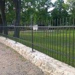 Kovový plot s ozdobnými hlavicemi