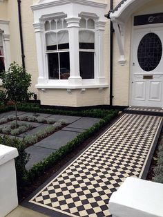 Floors podłoga rendered walls slate paving black and white victorian mosaic tile path wimbledon london Victorian Front Garden, Victorian Porch, Victorian Terrace House, Victorian Gardens, Victorian Front Doors, Front Garden Path, Front Path, Front Gardens, Edwardian Haus