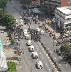"""Reporta @Jonna Endar: #UltimoMinuto: Los Ruices (1:18 pm) y la GNB no reprime, ni detiene a colectivos armados pic.twitter.com/yTxnwnHPAh"""""""
