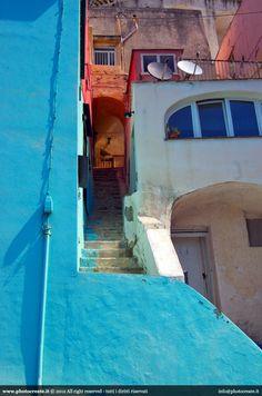 piccole e strette scalinate colorate che portano ai piani alti delle abitazioni