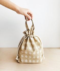 Kiko drawstring bag comes in four sizes. Fabric used is Boro Wovens in Flax Diamond by Moda. Pattern available tomorrow! Drawstring Bag Diy, Drawstring Bag Pattern, Drawstring Bag Tutorials, Tote Pattern, Bag Patterns To Sew, Pdf Sewing Patterns, Sewing Tutorials, Pouch Bag, Tote Bag