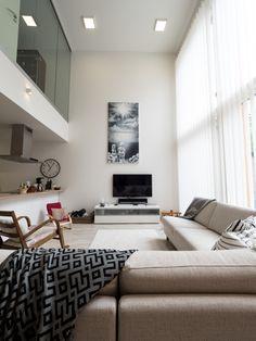 Gourgeous living room with high ceiling and Eden LED-panels. Komea olohuone korkeine kattoineen pääsee täyteen loistoonsa Winledin LED-paneelien avulla.