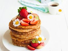 Vegan oat pancakes are made only with 4 ingredients to make your slowly mornings sweet and delicious. Crunch Challenge, Oat Pancakes, Oat Muffins, Fat Foods, Crunches, Food Items, 4 Ingredients, Raisin, Smoothie Recipes