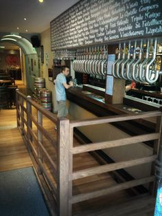 Delirium Café Clermont-Ferrand Réalisations Made in Ici : comptoir de bar, meubles arrière bar, rampe et rambarde d'accès.