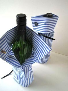 Brilliant upcycle of old business shirt to a Business gift bottle bag! Great groomsmen gift with a bottle of wine/alcohol and a pair of cuff links. Homemade Gifts, Diy Gifts, Wrap Gifts, Party Gifts, Party Party, Party Favors, Homemade Wine, Work Party, Bottle Bag