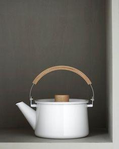 tea pot inspiration- I like the shape of this kettle, esp. the flat lid