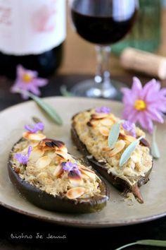 Aubergines farcis au poulet et sauge fraiche et son croustillant d'amandes