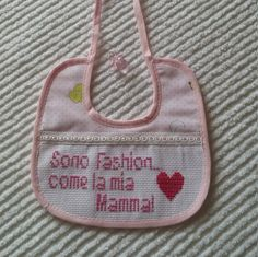 Artículos similares a Bib rose embroidered cross-stitch. Gift ideas for new born girl en Etsy