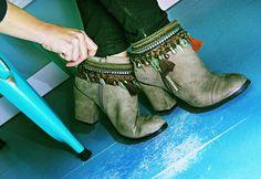 La moda pasa de moda, el estilo no..  Como bien dijo Coco Chanel, el estilo nunca pasa de moda.. Por eso hoy os queremos enseñar este producto.. ¿Conocéis los #cubrebotas? No importa que tengas unas botas o botines de temporadas pasadas, ahora puedes customizarlos y darle ese toque de estilo que te caracteriza..!! ¡Por eso, porque el #estilo nunca pasa de moda!   Podéis encontrarlos en nuestras tiendas de #cctresaguas , #cch2o y #ccislaazul    Feliz Martes,  El equipo #HugandClau