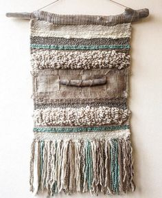 Op bestelling gemaakt. Handgemaakte geweven muur hangen. Gemaakt in Chili met natuurlijke wol en drijfhout van Lago Puyehue. Maatregelen 18.5x31.5 inch.