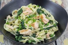 Recipe for delicious Fresh Pasta with Salmon and Spinach. Simple instructions with step-by-step pictures. Ready in 30 minutes. Healthy fish and spinach dish Salmon Pasta, Salmon Dishes, Fish Dishes, Pasta Dishes, Food Porn, Shellfish Recipes, Danish Food, Fresh Pasta, Salmon Recipes