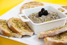 Patê de Azeitonas com Pão de Alho | SaborIntenso.com