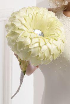 """Exklusiver Brautschmuck in Glamelienform mit Lilienblüten. Die Verwendung dieses Bildes ist für redaktionelle Zwecke honorarfrei. Veröffentlichung bitte unter Quellenangabe: """"Fachverband Deutscher Floristen e.V."""