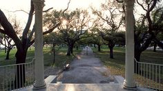 This public park in Charleston's historic district looks out over Charleston Harbor and Fort Sumter. In the early 1700s, a group of about 50 pirates were hanged here in a public execution. Now the pirates' spirits are said to still roam the park, searching for their executioners.
