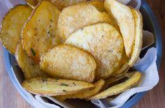 Bramborové lupínky, nebo chcete-lichipsy, jsou oblíbeným pokrmem mnoha lidí. Většinou se připravují navelké pánvi plného oleje, což nás docela odrazuje, zejména pokud vyznáváme zdravý životní styl. Zdravější verzí by mohly být právě bramborové chipsy, které si připravíte doma. Pokud ochutnáte tento recept, už si nikdy balíček chipsů nekoupíte v obchodě. Jelikož nic v životě není …