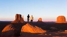 Pocos lugares de Estados Unidos son tan escenográficos como Monument Valley, una gran depresión desértica en la frontera entre Utah y Arizona, a unas cinco horas de coche desde Phoenix o Albuquerque. John Ford filmó allí todos sus grandes wésterns, de 'La diligencia' (1939) a 'Centauros del desierto' ('The Searchers', 1956), su obra maestra, la que mejor capta la descarnada belleza del lugar. También sirvió de escenario a cineastas como Sergio Leone, Clint Eastwood o Spielberg, que rodó…