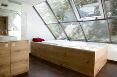 Das Dachgeschoss wurde im Zuge der Umbauarbeiten ausgebaut und verfügt jetzt über ein riesiges Fenster. Auf diese Weise kann man direkt von der Badewanne aus den freien Blick in die Natur genießen. https://www.homify.de/ideenbuecher/30759/landhaus-im-loft-style