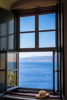 Вопрос 3. За окном - прибрежно-морской вид, не тропический климат, скорее средиземноморский, но не горный (окно могло быть и побольше, и посветлее) :)