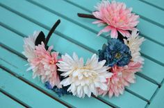 Diadema flores Floral Wreath, Glamour, Wreaths, Home Decor, Flower Headbands, Fascinators, Accessories, Homemade Home Decor, Flower Crowns