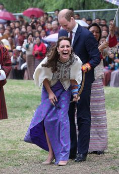 Prince William and Kate Middleton kicked off their week-long tour of India and Bhutan on Sunday. After touching down in Mumbai, the royal couple paid a visit Kate Middleton Stil, Estilo Kate Middleton, Kate Middleton Prince William, Prince William And Catherine, William Kate, Princesa Diana, Duke And Duchess, Duchess Of Cambridge, Principe William Y Kate