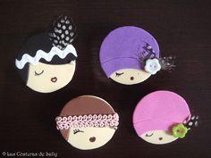 Broches de rostros de mujeres, con sombreros y tocados, realizados con goma eva.