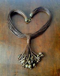 Madó Luaces : Collar marrón de cordón encerado con abalorios y c...