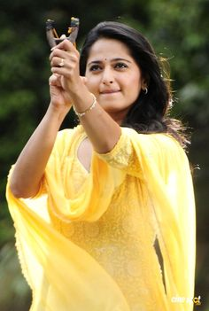 Gorgeous woman in gorgeous simple yellow salwar! Love it! #Anushka #Alexpandian