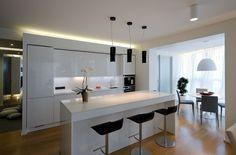 Wohnideen Küche weiß hochglanz schwarze barhocker pendelleuchten