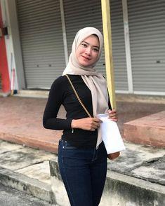 "𝓝𝓾𝓻𝓾𝓵 𝓢𝔂𝓪𝓯𝓲𝓺𝓪𝓱🐾 di Instagram ""Aku belajar jadi kuat daripada dua benda yang dipanggil Kecewa dan Sakit.😎🖤"" Hijab Jeans, Asian Model Girl, Islamic Girl, Girl Hijab, Beautiful Hijab, Turtle Neck, Sweaters, Dan, Clothes"