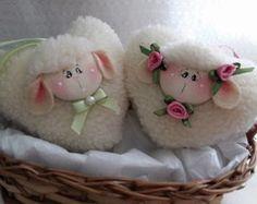 Coração de ovelha Craft Stick Crafts, Felt Crafts, Diy And Crafts, Fabric Christmas Ornaments, Christmas Crafts, Sewing Projects, Projects To Try, Sheep And Lamb, Collar Pattern