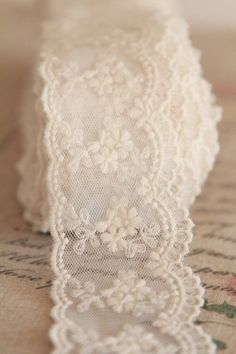dentelle retro chic  http://atmospheremariages.fr/666-2242-thickbox/dentelle-mariage.jpg