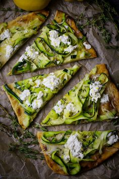 How bout crispy crust, melty cheese and fresh zucchini pizza for dinner tonight? No delivery required! Zucchini Pizzas, Grilled Zucchini, Grilled Vegetables, Healthy Pizza, Vegan Pizza, Dairy Free Pizza, Vegetarian Recipes, Cooking Recipes, Healthy Recipes