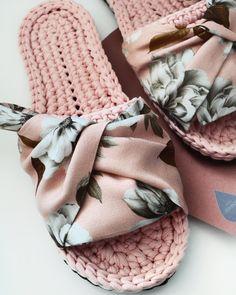 Crochet Sandals, Crochet Boots, Knit Crochet, Knitted Slippers, Knitted Bags, Crochet Slipper Pattern, Crochet Patterns, Crochet Backpack, Crochet Accessories