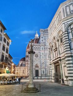 Complexo del Duomo e a Coluna de São ZAnobio. A Catedral Santa Maria del Fiore de Florença. O Duomo tem capacidade para acomodar até 30 mil pessoas. É uma das obras-primas da arquiteta gótica e uma das principais atrações de quem visita a Toscana