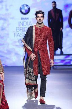 New wedding dresses indian men tarun tahiliani 18 ideas Indian Groom Wear, Indian Attire, Indian Outfits, Indian Clothes, Indian Men Fashion, India Fashion, Mens Fashion, Bridal Fashion, Groom Fashion