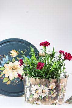 Flower pot hand painted Casa Retro, Flower Pots, Planter Pots, Hand Painted, Flower Vases, Plant Pots, Planters