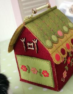 maison Cinnamon Patch - Photo de créations en couture - Quilt in the country Large Dolls House, Ginger House, Felt Purse, Fabric Boxes, General Crafts, Fairy Dolls, Covered Boxes, Little Houses, Pin Cushions