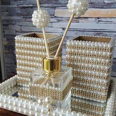Detalhes fazem a diferença não eh? Que tal esse lindo kit com 2 porta treco e vidro para aromatizador decorando a sua mesa? Corre lá no… Glass Bottle Crafts, Diy Bottle, Bottle Art, Glamour Decor, Handmade Home Decor, Diy Home Decor, Garrafa Diy, Pearl Crafts, Dollar Store Crafts