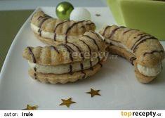 Slepované vlašské rohlíčky recept - TopRecepty.cz Cookie Desserts, Sweet Desserts, Sweet Recipes, Slovak Recipes, Czech Recipes, Sandwich Cookies, Holiday Cookies, Desert Recipes, Four