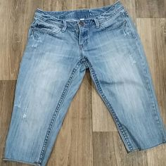 Areopoatal Capris In used condition. No stains rips or tears size 5/6 fit true to size. Aeropostale Jeans Ankle & Cropped
