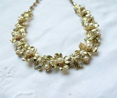 Vintage Lisner Flower and Pearl Necklace / Vintage Flower Necklace / Gold and Pearl Flower Necklace Pearl Necklace Vintage, Golden Necklace, Pretty Necklaces, Petite Women, Pearl Flower, Flower Necklace, Get Over It, Vintage Flowers, Statement Jewelry