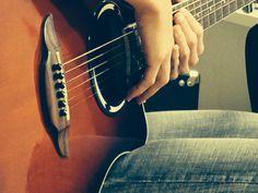 quiero aprender a tocar guitarra ... :)