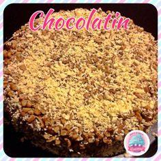 Pastel Chocolatin!!! Es un delicioso pastel preparado con crema pastelera de chocolate y tres leches, decorado con nuez y chocolate blanco