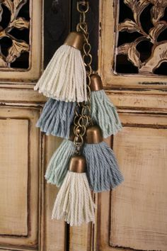 me encantan! door knob tassels for decor ; Yarn Crafts, Diy And Crafts, Arts And Crafts, Crochet Projects, Sewing Projects, Hanging Crystals, Passementerie, Bead Art, Tassel Necklace