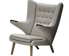 Wegner tegnede i 1951 Bamsestolen, som var en friere, lettere og mere moderne udgave af tidligere øreklapstole.