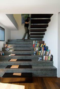 Duplex en Vigo CASTROFERRO ARQUITECTOS, handige trap. Ben alleen bang dat je er snel teveel troep vindt wat naar boven moet...