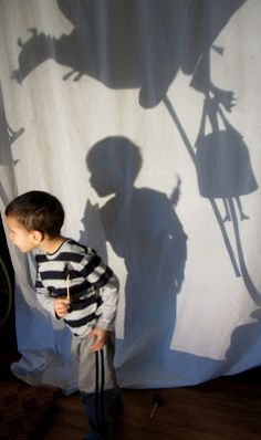The Magic of Storytelling with an Overhead Projector.  art and soul preschool ≈≈ For more inspiring pins: http://pinterest.com/kinderooacademy/light-shadow-play/